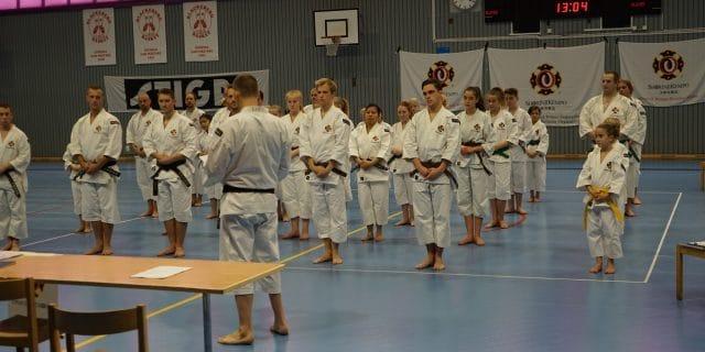 Alla tävlingsdeltagare uppställda inför tävlingen.