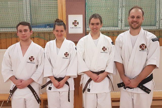 Från vänster; Rickard, Alva, Christer och Peter efter att de blivit godkända vid sin gradering.